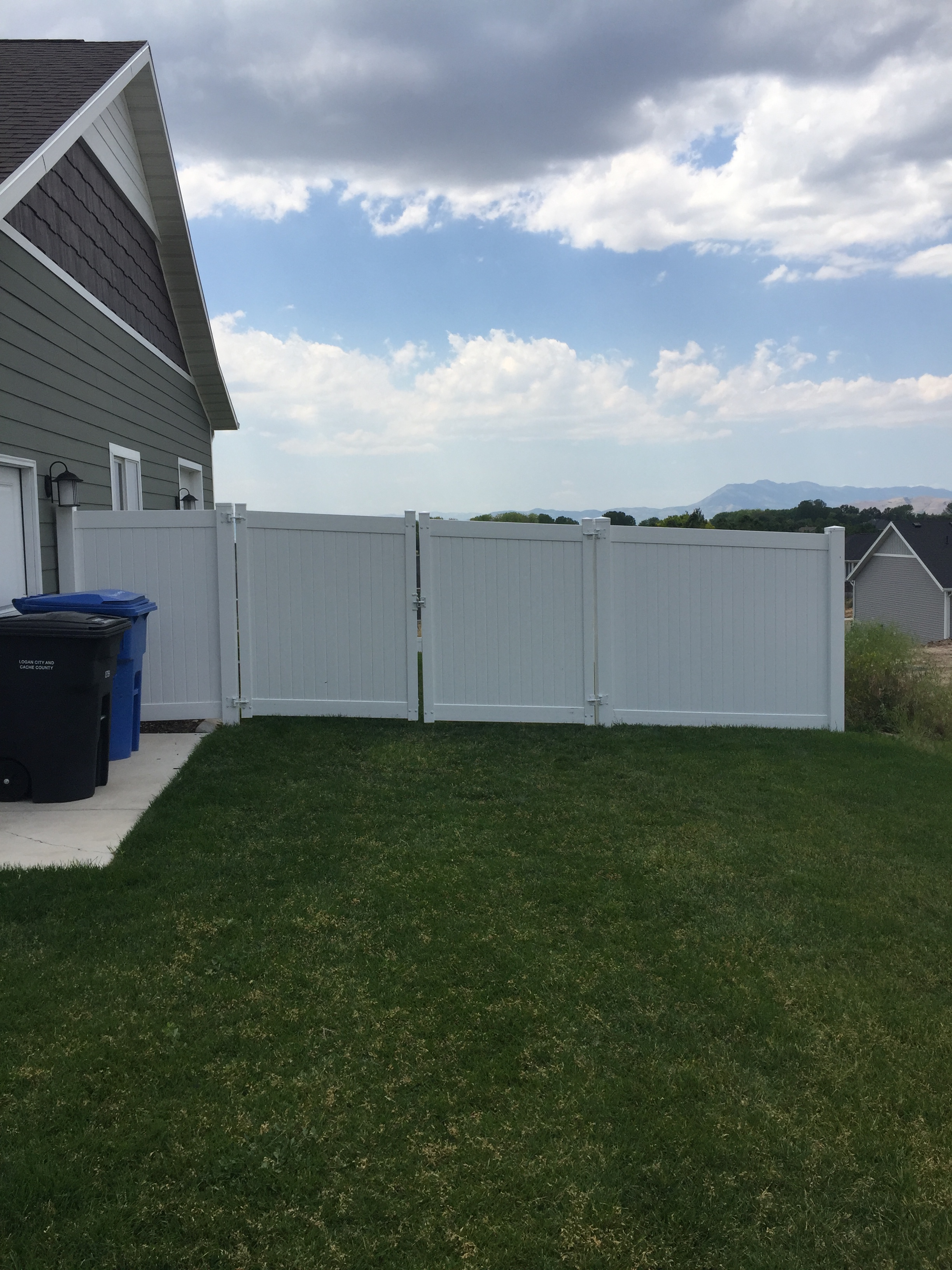 vinyl fencing with double gate